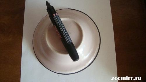 С помощью блюдца обводим круг