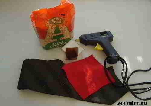 Горох,клеевой пистолет,галстук.кусочек красной ткани и пластмасса двух цветов