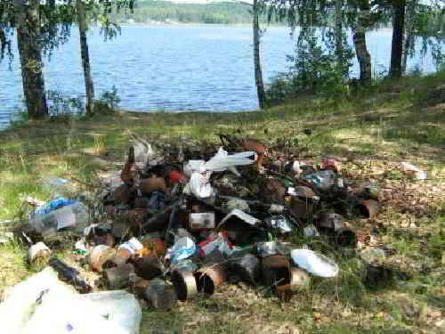 Горы мусора на озере