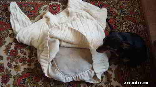 Вставляем подушку в свитер