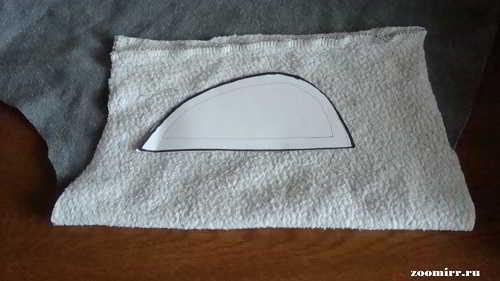 Выкройку прикладываем к ткани