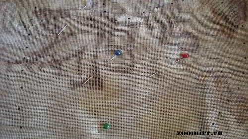 Скалываем переложенную на ткань выкройку булавками