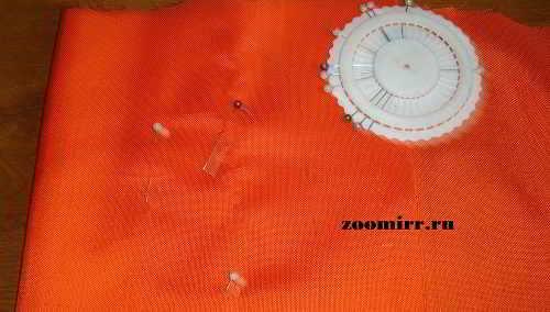 Переносим выкройку на ткань и скалываем швейными булавками