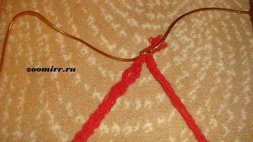Завязываем узелок из золотистых нитей
